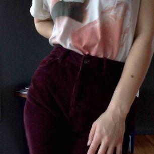 Mom fit i Manchester, köpta på urban outfitters. Skönaste byxorna någonsin så mjuka och härligt material