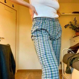 SKITCOOLA byxor från humana som förtjänar att användas mer!! Står ingen storlek i dem men jag skulle säga 40-42. Högmidjade och passar många längder beroende på hur man vill att dem ska sitta. Köparen står för frakt eller möts upp i Linköping