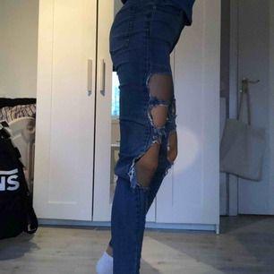 Slitna jeans från cheap monday, sparsamt använda. Säljes pg använder aldrig. Frakt ej inräknat i priset, köparen står för frakten!