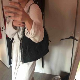 Svart väska med silverkedja, perfekt till skolan eller jobb! Den har rostat lite i kedjan, därav det låga priset! Men inget jag tycker märks🖤