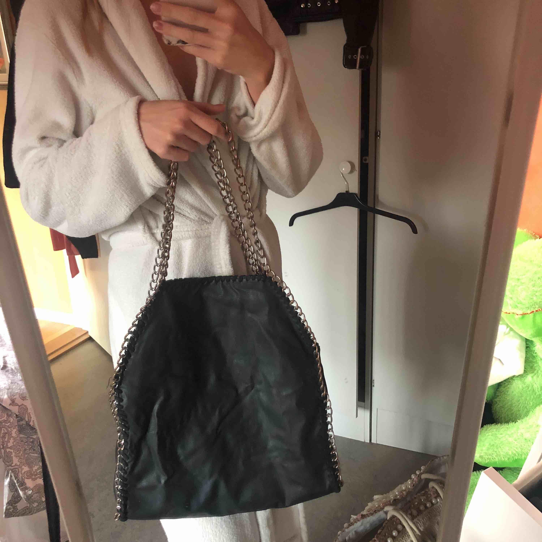 Svart väska med silverkedja, perfekt till skolan eller jobb! Den har rostat lite i kedjan, därav det låga priset! Men inget jag tycker märks🖤. Accessoarer.