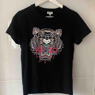 Äkta kenzo t-shirt  Storlek: small Endast använd 2 gånger  Frakt ingår  Betalning swish