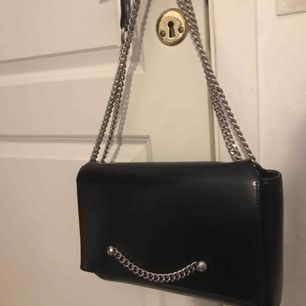 Fin väska i perfekt storlek från Gina i bra skick, går bra att ha som handväska eller axelväska. 200kr inkl frakt.