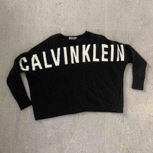En mycket mysig stickad tröja  Vit text: Calvin Klein  Använd fåtal gånger