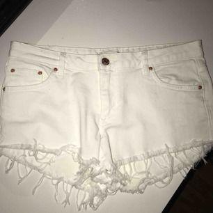 Säljer mina favorit jeansshorts från Gina Tricot, Super snygga på och snygg passform!! I storlek 40