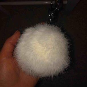 Vit fluffig boll (inte äkta päls) köpt i Italien. Aldrig använd.
