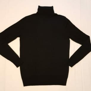 Stickad svart tröja, 100% ull från Uniqlo! Mycket varm & i nyskick 💜 Kan antingen mötas upp i Stockholm C eller skicka via post (+68 kr). Rök och djurfritt hem.