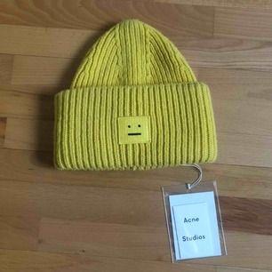 En gul Acne Studios Pansy Wool Beanie! Skickas spårbart på begäran. Möts i Göteborg eller frakt. Du får avgöra skicket själv, skickar gärna fler bilder 💛 Tack