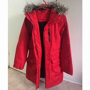 En snygg röd vinterjacka för billigt pris