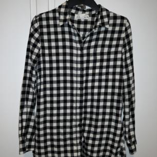 Rutig flanellskjorta från H&M. Inte alls mycket använd så den är i fint skick. ❤️ Möts upp i Stockholm, helst på Södermalm. Om du köper flera saker kan vi komma fram till ett bra paketpris.