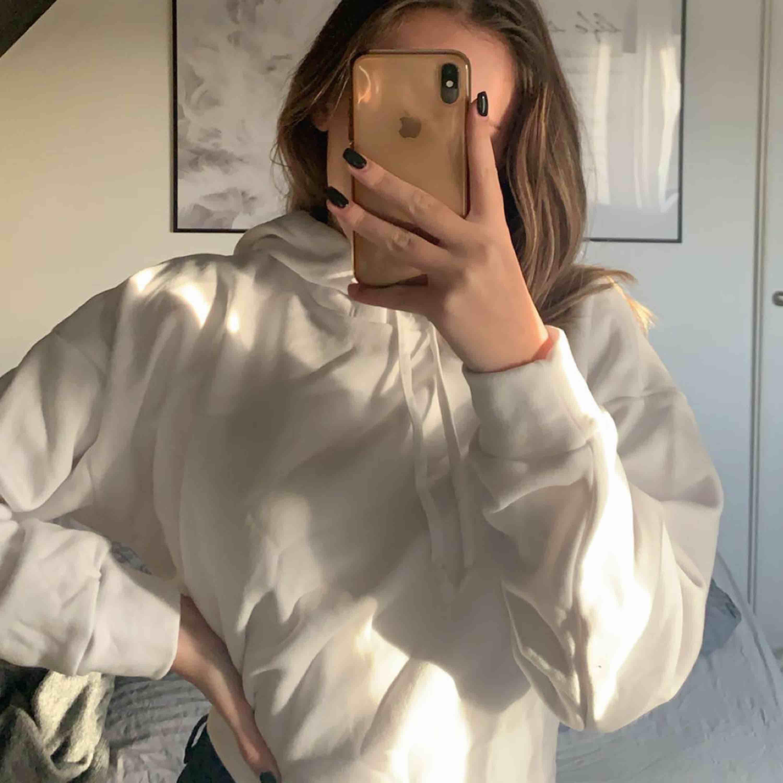 Mjuk vit hoodie, aldrig använd, från 157. Huvtröjor & Träningströjor.