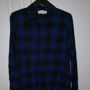 Rutig flanellskjorta från H&M. Bra skick pga inte mycket använd. ❤️ Möts upp i Stockholm, helst på Södermalm. Om du köper flera saker kan vi komma fram till ett bra paketpris.