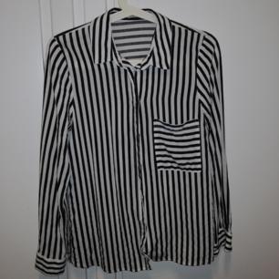 Blus/skjorta från pull and bear, helt ok skick. ❤️ Möts upp i Stockholm, helst på Södermalm. Om du köper flera saker kan vi komma fram till ett bra paketpris.