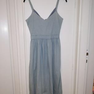 Helt oanvänd jeans-aktig klänning från Monki, köpt för 400kr.