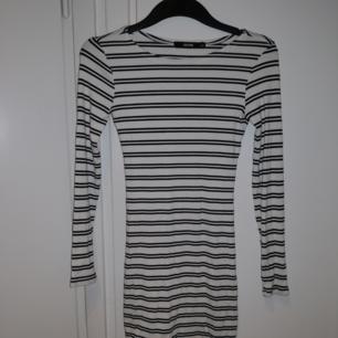 Tight stretchig kort klänning från Bik Bok. Bra skick. Är väldigt stretchig så den passar även någon som har S❤️ Möts upp i Stockholm, helst på Södermalm. Om du köper flera saker kan vi komma fram till ett bra paketpris.