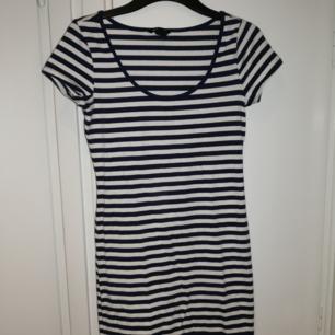 Kort klänning från H&M. Den är marinblå och vit randig. ❤️ Möts upp i Stockholm, helst på Södermalm. Om du köper flera saker kan vi komma fram till ett bra paketpris.