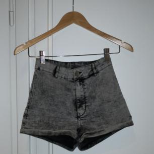 Korta shorts från H&M divided. Passar XS-S❤️ Möts upp i Stockholm, helst på Södermalm. Om du köper flera saker kan vi komma fram till ett bra paketpris.