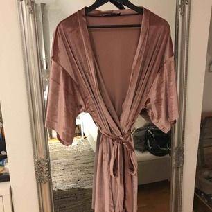 Smutsrosa sammets morgonrock som tyvärr aldrig kommit till användning! Köpt på nakd förra året, nyskick Frakten står köparen för