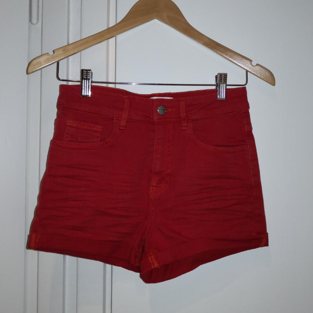 Röda shorts från Carlings. Strechiga och passar XS-S. ❤️ Möts upp i Stockholm, helst på Södermalm. Om du köper flera saker kan vi komma fram till ett bra paketpris.. Shorts.