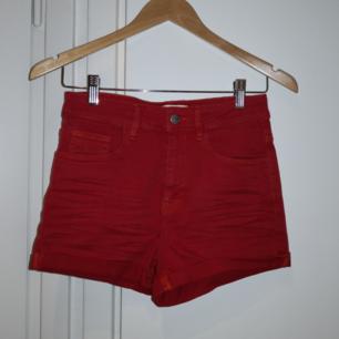 Röda shorts från Carlings. Strechiga och passar XS-S. ❤️ Möts upp i Stockholm, helst på Södermalm. Om du köper flera saker kan vi komma fram till ett bra paketpris.