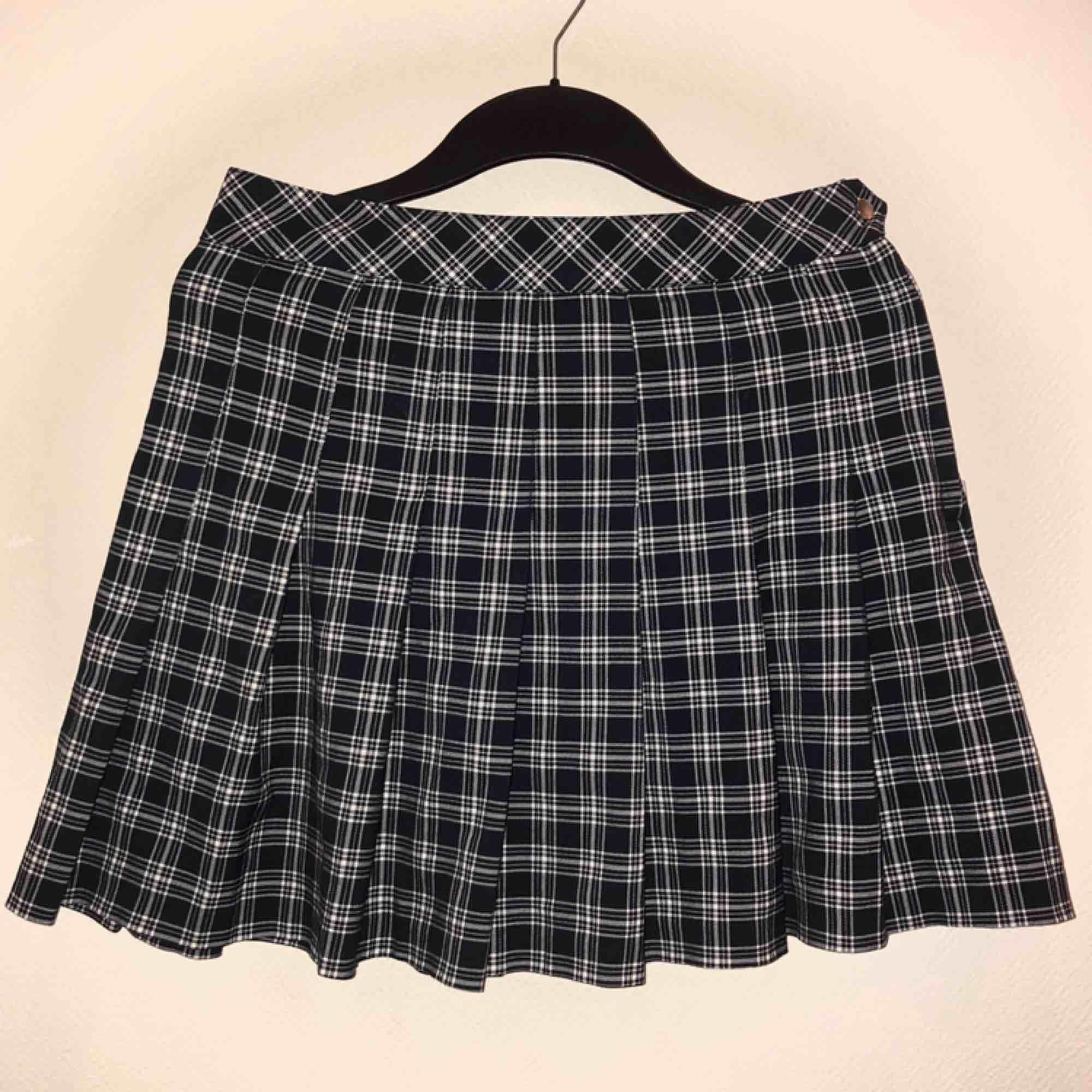 Mörkblå, rutig kjol från H&m, knappt använd 🥰. Kjolar.