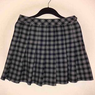 Mörkblå, rutig kjol från H&m, knappt använd 🥰