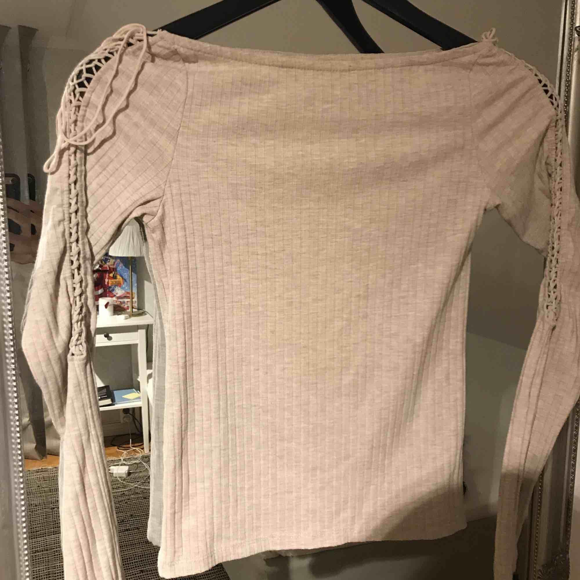 Beige offshoulder tröja med knytning på armarna från stradivarius Passar XXS-S Frakten står köparen för. Tröjor & Koftor.