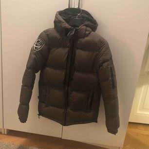 Säljer min D.brand jacka som är använd en säsong, superbra skick!   Färg: grön Storlek: S (true to size)