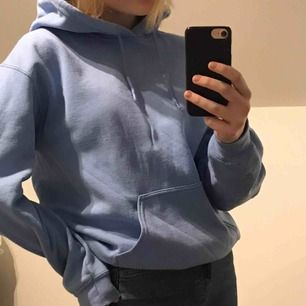 En hoodie från Miss Selfridge i en jättefin ljusblå färg! Köpt i våras i London, och den är i normalt skick🥰 Säljer för 200kr + frakt