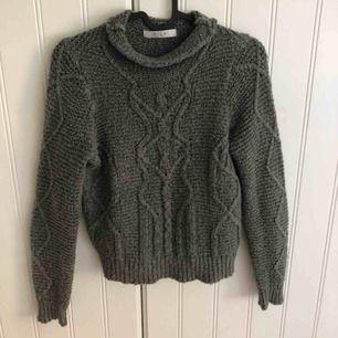 Säljer en super fin och skön stickad tröja från VILA. Färgen är lite militärgrön och storleken är XS. Finns i Dala-Floda men kan tas med till Falun annars står köparen för frakt 🤪