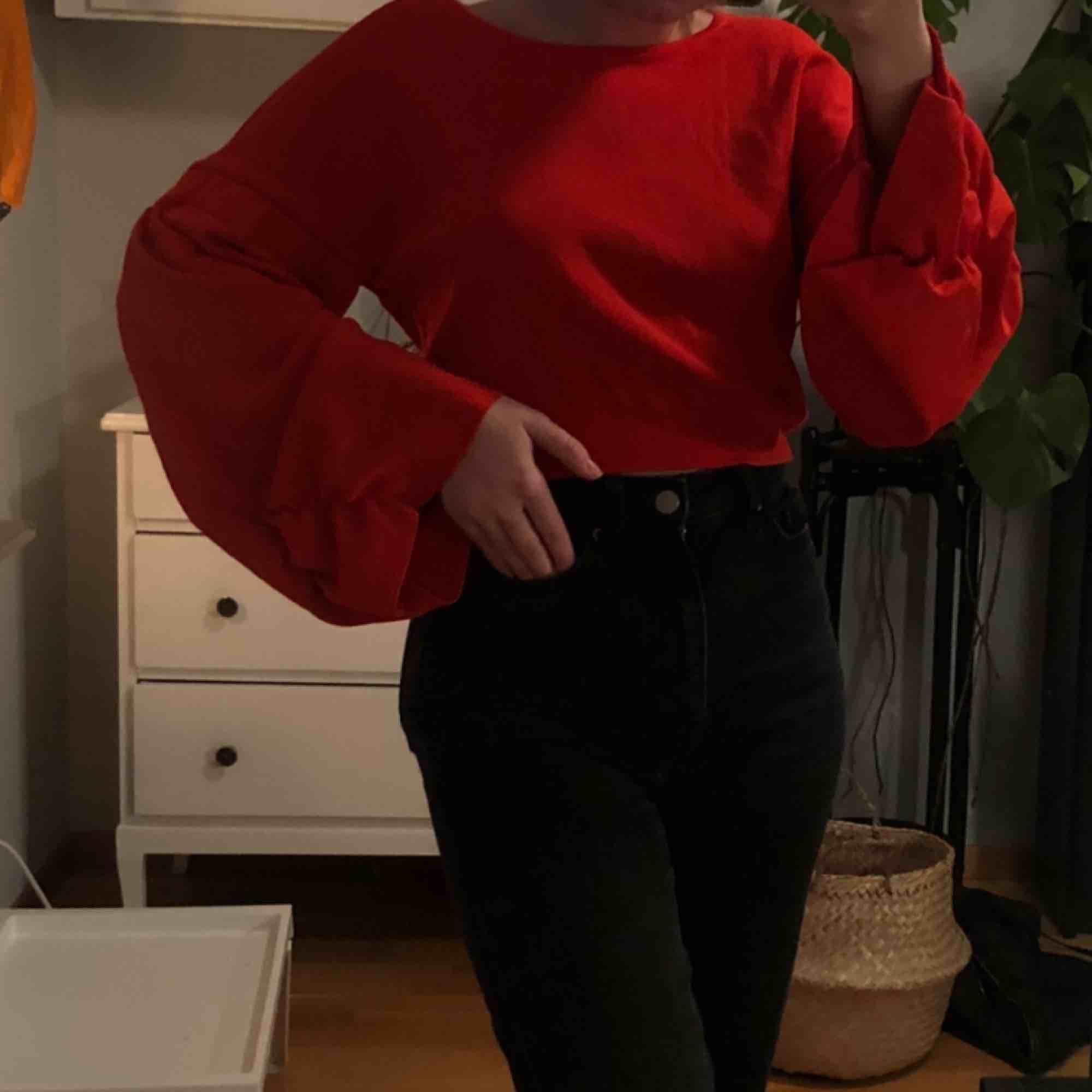 """En svincool tröja från zara i en röd/orange tröja (ses bäst på sista bilden)✌🏼🥰 Endast använd 1 gång och i ett lite """"tjockare"""" och lite glansigt material. Croppad och med långa vida ärmar😍🙏🏻. Tröjor & Koftor."""