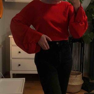 """En svincool tröja från zara i en röd/orange tröja (ses bäst på sista bilden)✌🏼🥰 Endast använd 1 gång och i ett lite """"tjockare"""" och lite glansigt material. Croppad och med långa vida ärmar😍🙏🏻"""