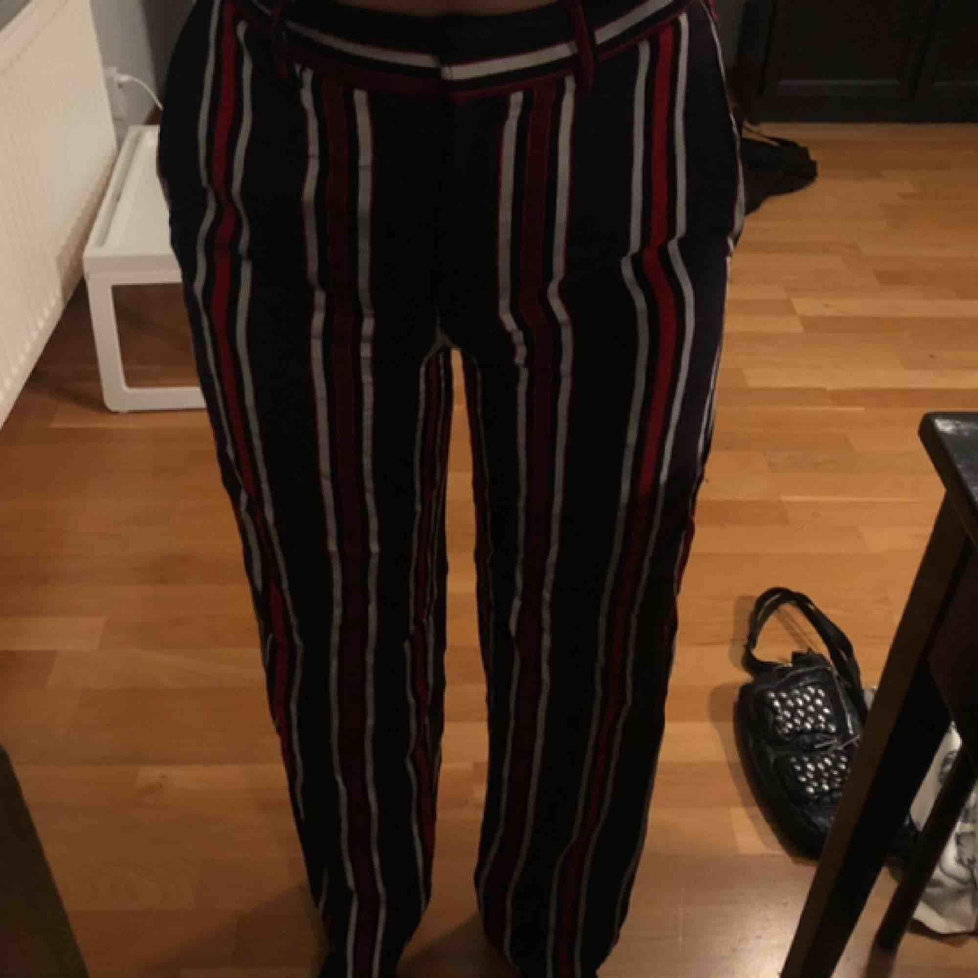Skitsnygga vida byxor från h&m😍 marinblå, mörkröd och typ grå randiga! Fickor och går att ha skärp i🥰 I storlek 32, men passar nog lite mindre och lite större💖 går till fötterna på mig som är ca 160cm. Jeans & Byxor.