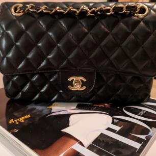 CHANEL double flap style väska i lammskinn. Bra skick! Pris på en äkta är ca 60.000 kr.