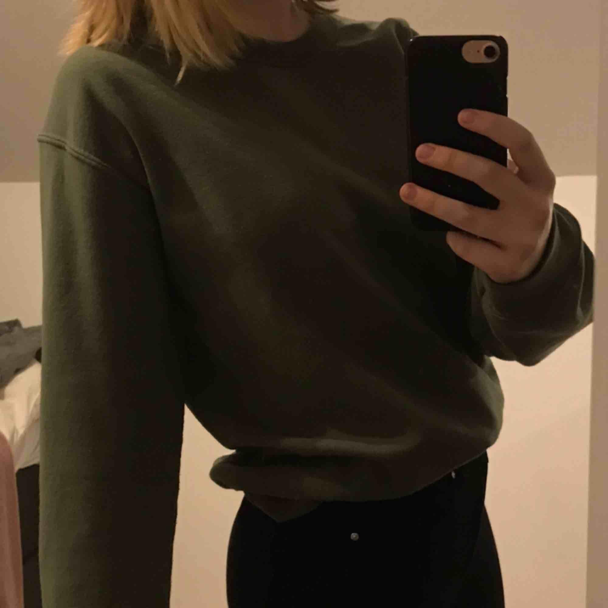 En mörkgrön fin sweatshirt från Miss Selfridge! Köpt i London och är i bra skick. Säljer för 100kr + frakt🥰. Huvtröjor & Träningströjor.
