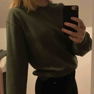 En mörkgrön fin sweatshirt från Miss Selfridge! Köpt i London och är i bra skick. Säljer för 150kr + frakt🥰