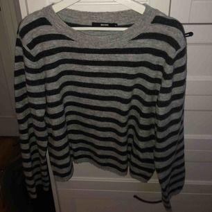 Randig lite oversized stickad tröja från bikbok. Använd några få gånger så i bra skick. Passar allt från S-L beroende på hur man vill att den ska sitta. Frakt 50kr, pris kan diskuteras