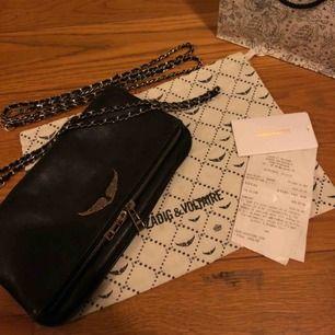 Säljer min Zadig väska (modellen Rock), väl använd men fortfarande snygg. Silverdetaljerna är lite missfärgade, men inget man tänker på mycket! Hör av dig för fler bilder!! Pris kan diskuteras:)