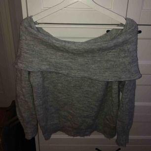 Stickad off-shoulder tröja från hm. Använd några gånger men bra skick. Vet ej storlek då jag klippte bort lappen för den kliade, men funkar nog bäst M-L, men det beror på hur man vill att den sitter. Frakt 50kr, pris kan diskuteras.