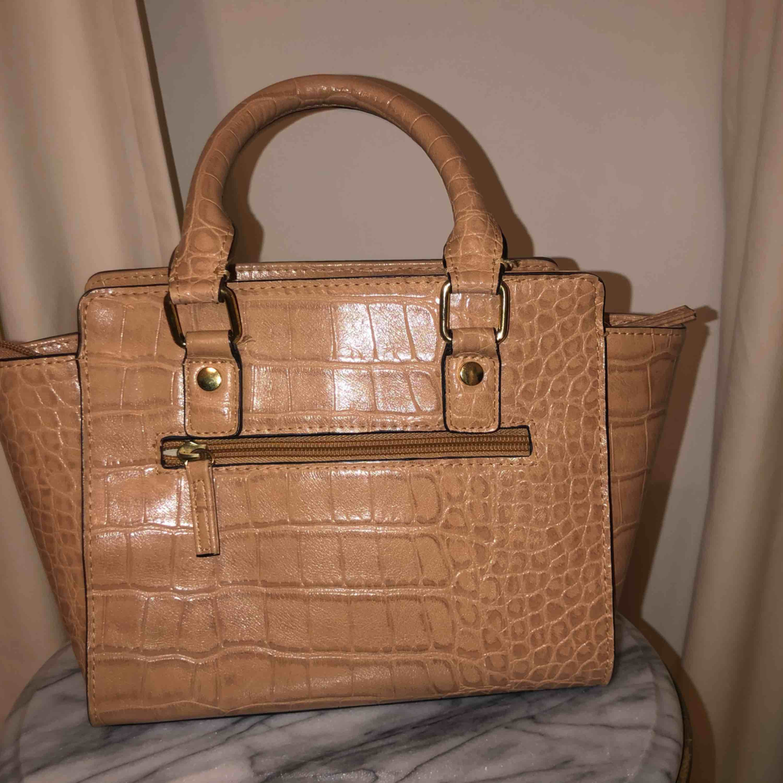 Jättefin beige äldre Don Donna handväska i liten storlek. Utropspris 150kr exklusive frakt 🤩. Väskor.