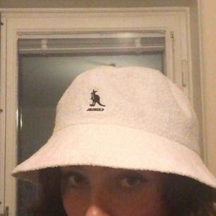 en vit kangol hatt köpt på weekday. använd kanske 2 gånger så den är i väldigt bra skick