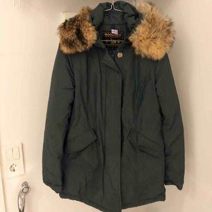 Mörkgrön Woolrich dunjacka av modellen arctic parka i storlek small. Jackan är kemtvättad och finns i uppsala!