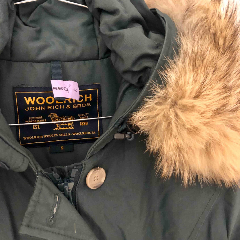 Mörkgrön Woolrich dunjacka av modellen arctic parka i storlek small. Jackan är kemtvättad och finns i uppsala! . Jackor.