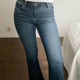 Lågmidjade flare-jeans från Crocker Jeans. Jeansen är små o storleken (jag är vanligtvis 27/30) och dessa passar mig perfekt. Jeansen är sydda en gång under enda hällan men funkar nu utan problem att ha på sig💙