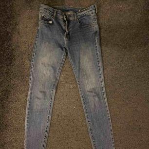 Snygga tighta jeans från DrDenim. Stora i storleken och är mer som 27-28/30🥰