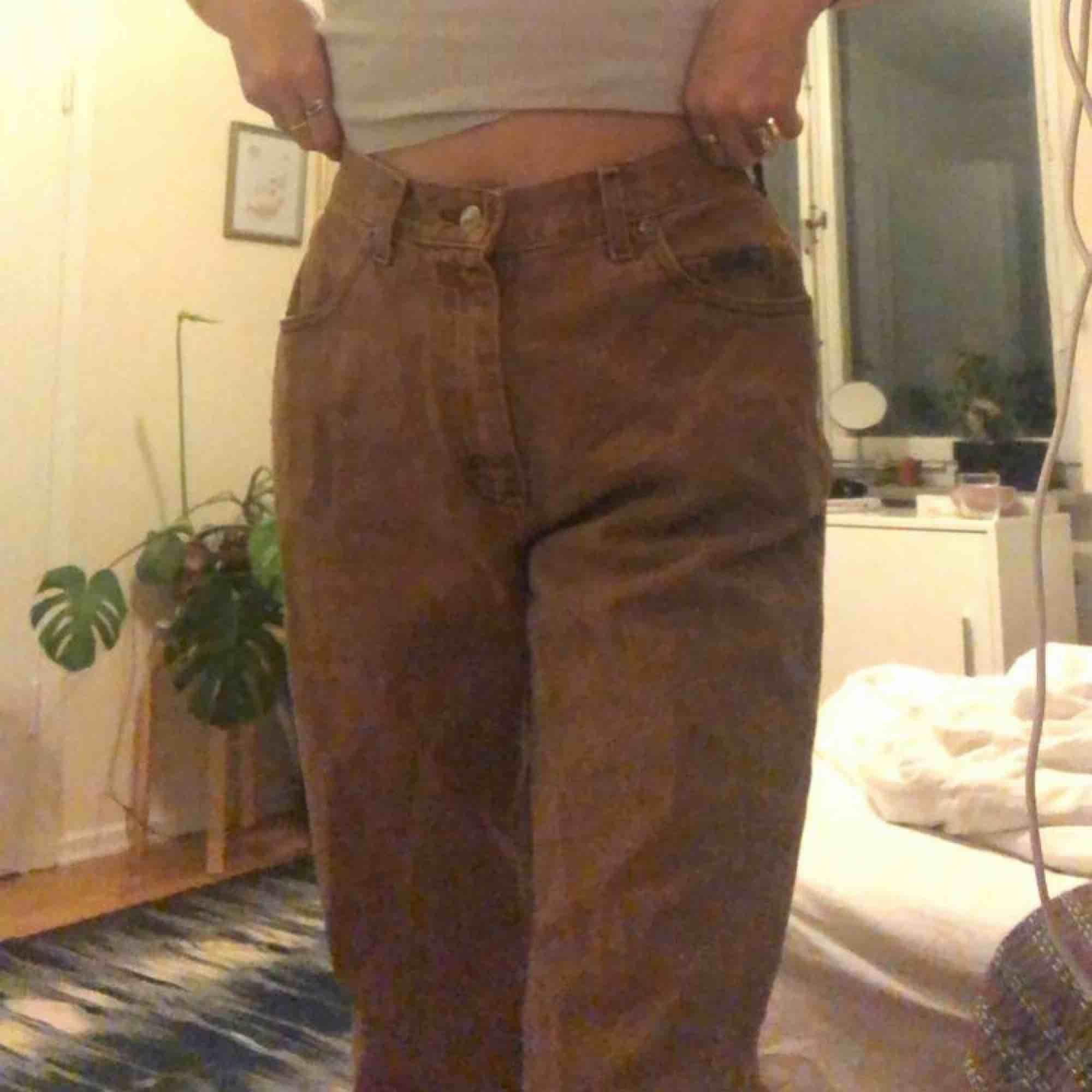 ett par bruna jeans ifrån lee, passar jättebra på mig som är 169cm lång och brukar ha ungefär 27 i midjan. Jeans & Byxor.