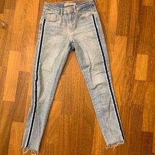 Coola jeans med linjer på sidorna Använda men jättebra skick