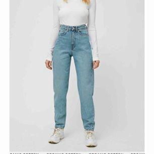 ett par mom jeans i modellen lash från weekday