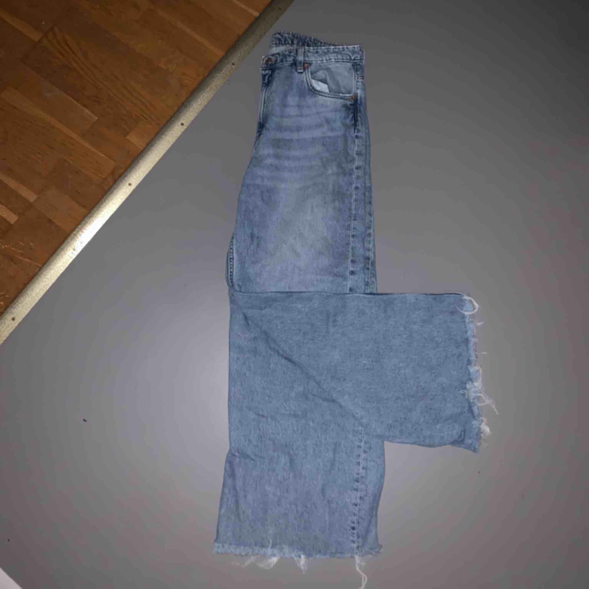 Ett par snygga byxor från weekday som jag tyvärr inte fått någon användning för:/ jag klippte längst ned på byxorna själv, därav det billiga priset ;) köparen står för frakten eller så kan jag mötas upp 💕. Jeans & Byxor.
