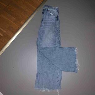 Ett par snygga byxor från weekday som jag tyvärr inte fått någon användning för:/ jag klippte längst ned på byxorna själv, därav det billiga priset ;) köparen står för frakten eller så kan jag mötas upp 💕